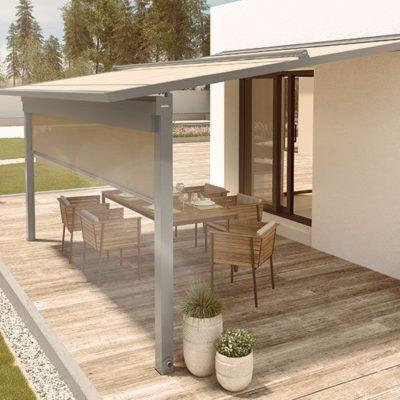 Pergola-Markise als Sonnenschutz über einer Terrasse