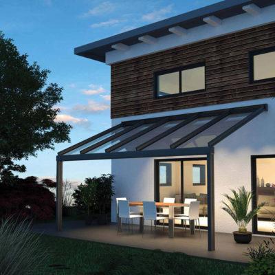 Terrassendach an einer Hauswand befestigt